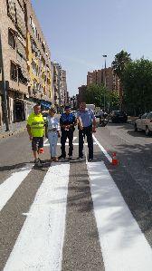 La Policía Local emplea más de dos toneladas de pintura para mejorar la señalítica horizontal en varias calles de la ciudad