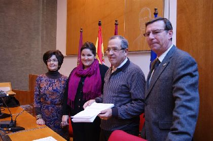 El pintor cartagenero Juan Martínez Pedrero dona a la Mesa Solidaria de Lorca 4.430 euros recaudados con la venta de 24 de sus cuadros