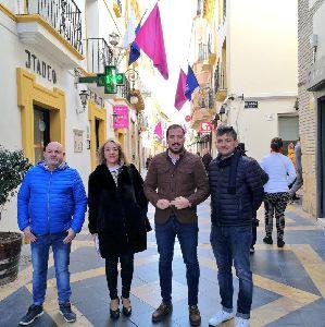 Las concejalías de Comercio y del Casco histórico engalanan las calles más céntricas de Lorca con motivo de las fiestas patronales de San Clemente