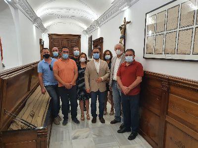 El alcalde visita la nueva ornamentación del pasillo de la capilla del Rosario realizada por los talleres de empleo