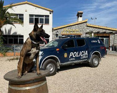 La Unidad Canina de la Policía Local muestra su trabajo a los niños de la Escuela de Verano de Los Álamos