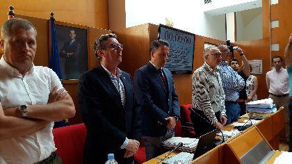 El Pleno del Ayuntamiento guarda un minuto de silencio en señal de condena ante los asesinatos de violencia de género