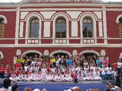 El ballet de Maria Teresa Lazareno llena de colorido las calles céntricas de la ciudad con un atractivo espectáculo