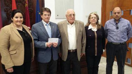 El Alcalde recibe una ayuda solidaria de 7.432 euros por parte del pintor lorquino Francisco Salinas