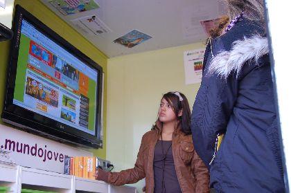 El Infomovil llega al IES San Juan Bosco para inaugurar un nuevo punto de información juvenil, a través del programa ?Corresponsales?