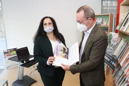 El Paso Blanco dona 12 ejemplares del ''Centenario de la Oración en el Huerto. Maravilla del bordado blanco''