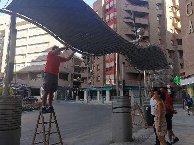 El Ayuntamiento de Lorca instala toldos en las paradas de autobús de ''El Óvalo'' para que los pasajeros puedan resguardarse del sol durante la espera