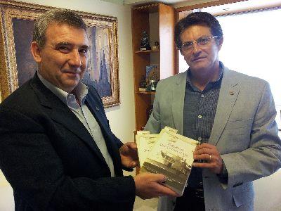 El Alcalde destaca la labor desarrollada por los inmigrantes lorquinos en Argentina, con motivo de la publicación de ''Palabras que cruzan el mar''