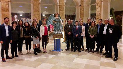 El Alcalde entrega al Paso Azul un ángel  de los años 20 restaurado por los alumnos del taller de Talla de Elementos Decorativos en Madera desarrollado por el Ayuntamiento
