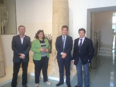 La columna miliaria romana desenterrada del lecho del río Guadalentín por la riada de 2012 preside la entrada al Museo Arqueológico junto a otras 3 de similares características