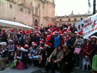 Alumnos del colegio Villaespesa felicitan la Navidad con villancicos en la Plaza de España