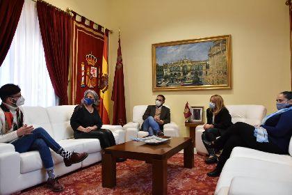 El alcalde felicita a los escritores lorquinos Inmaculada Pelegrín y Juan de Beatriz por los recientes premios recibidos