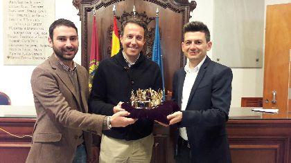 El personaje de Alfonso X estrenará en el Desfile Parada del sábado una réplica exacta de la Corona de los Camafeos custodiada en la Catedral de Toledo