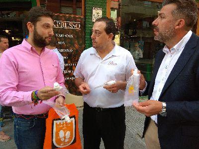 La campaña para el fomento de los buenos hábitos en el paseo de mascotas por las calles de la ciudad suma la participación de las asociaciones de Hosteleros y Comerciantes