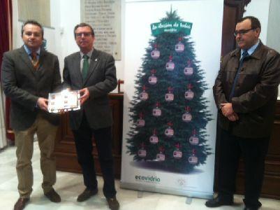 Ecovidrio entrega a la Mesa Solidaria de Lorca los 150 d�cimos de loter�a de Navidad con el n�mero 21026