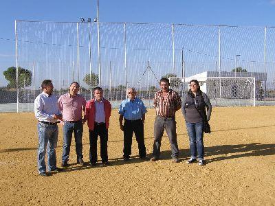 El Ayuntamiento habilita una nueva zona de ocio de 10.000 m2 en Aguaderas con pista polideportiva, campo de fútbol, arbolado y un área con mesas y sillas de madera