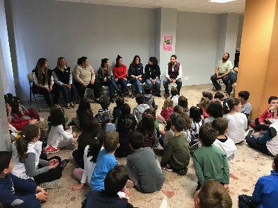 Una bordadora y cuatro mayordomas de las cofradías lorquinas visitan la Escuela de Semana Santa para Conciliar y Coeducar puesta en marcha por el Ayuntamiento