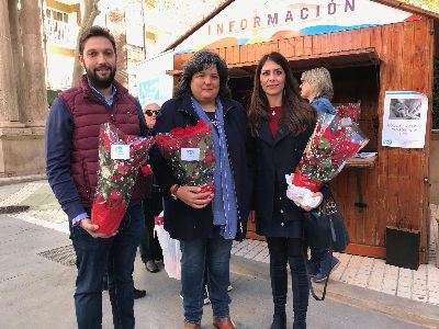 La Asociación Alzheimer Lorca realiza su tradicional venta benéfica de Flores de Pascua para recaudar fondos para la realización de sus actividades anuales