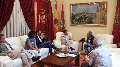 El Alcalde agradece a Juan Perán el mecenazgo del Grupo Pikolinos, que contribuirá a la recuperación del patrimonio dañado por los terremotos con 90.000 euros