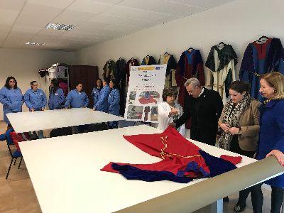 10 alumnas del Proyecto ''Empleo Joven Lorca'' confeccionan las 12 túnicas de los Apóstoles de la Última Cena del III Via Crucis Viviente del Paso Morado