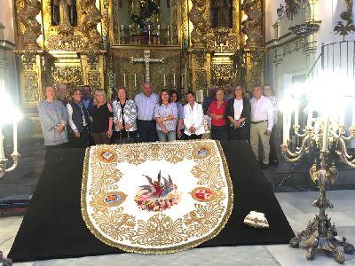 El manto de la coronación de la Virgen de las Huertas recupera su esplendor gracias a la restauración llevada a cabo por las bordadoras del Taller del Paso Azul
