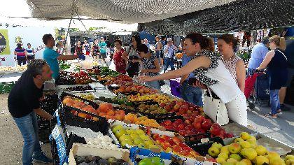 El Ayuntamiento anima a todos los lorquinos a beneficiarse de la amplia oferta que ofrecen los 230 profesionales que componen el Mercado Semanal de los jueves
