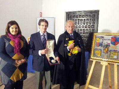 Los descendientes de Musso Valiente donan a la ciudad dos medallones históricos entregados por el Gobierno Inglés al Ilustre Lorquino durante su exilio en Gibraltar