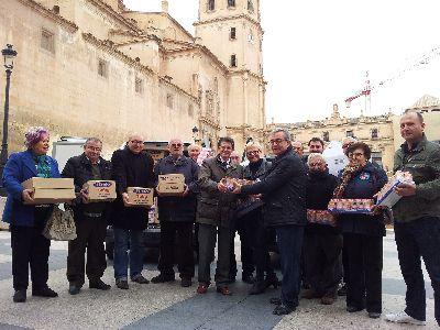 El Alcalde entrega a Cáritas una donación de productos infantiles obtenida gracias a la Gala de Navidad realizada por los Pedáneos de Lorca