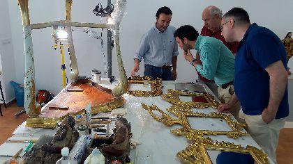 Una nueva fase de trabajo en el Palacio de Guevara recupera bienes muebles, pinturas y lámparas originales pertenecientes a la ornamentación del Salón Amarillo
