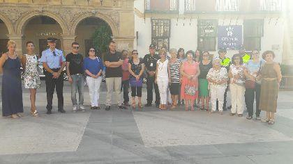 Imagen de Los lorquinos guardan un minuto de silencio por las víctimas de la violencia de género en un acto organizado como cada miércoles por la Federación de Organizaciones de Mujeres de Lorca
