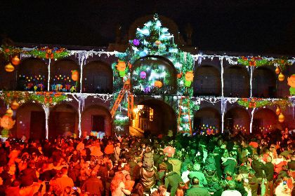 Miles de personas disfrutan durante el primer fin de semana del Vídeo Mapping ''Lorca vive la Navidad'' organizado por el Ayuntamiento de Lorca en la Plaza de España