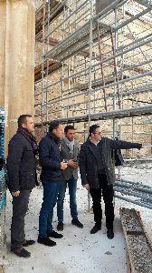 Las obras de recuperación de la iglesia de Santa María superan su ecuador con la incorporación de una estructura de cerchas de madera que sostendrá su nueva techumbre