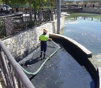 El Ayuntamiento de Lorca ha procedido esta semana a la limpieza del estanque de la pedanía de Doña Inés