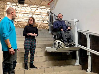 La Concejalía de Deportes coloca una plataforma elevadora en el C.D Felipe VI para mejorar la accesibilidad