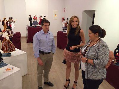 El Alcalde de Lorca inaugura la exposición sobre Indumentaria Tradicional de España que Coros y Danzas ofrece en el Palacio de Guevara con motivo del XXV Festival Internacional de Folclore Ciudad de Lorca