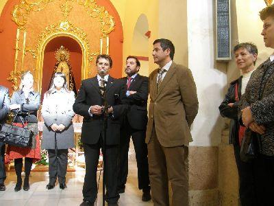 Francisco Jódar y Enrique Ujaldón entregan al Paso Encarnado la talla restaurada de la Virgen de la Soledad