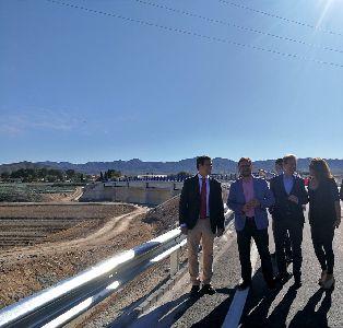 La construcción del puente sobre la rambla de Biznaga que evitará el aislamiento de las pedanías del sur de Lorca en periodo de lluvias finalizará en los próximos días