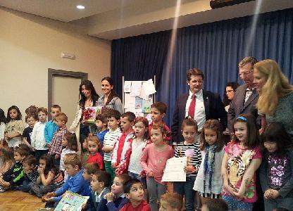 El Alcalde destaca la importancia de la lectura entre los escolares como herramienta de aprendizaje y conocimiento