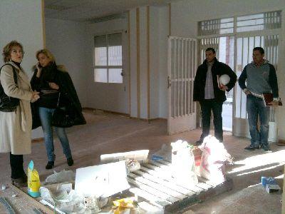 21 desempleados lorquinos contratados por el Ayuntamiento de Lorca rehabilitan el Aula de Libre Acceso a Internet y los locales de las asociaciones de Mujeres y de jóvenes de La Viña
