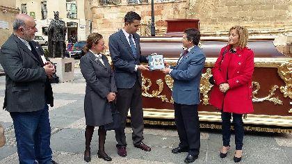 El Alcalde entrega a la Hermandad de La Curia el trono de la Virgen de la Soledad restaurado en los talleres de Empleo de los daños que sufrió en las inundaciones