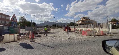 El Ayuntamiento inicia el acondicionamiento para habilitar como aparcamiento un solar junto al colegio de Campillo