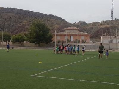 El campo municipal ''Alfonso Embarre'' acoge los martes y jueves de este mes de julio la Escuela de Verano de Rugby, organizada por la Concejalía de Deportes y el Club Rugby Lorca