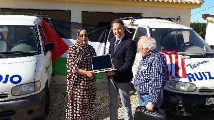 El Ayuntamiento dona dos furgonetas del parque móvil municipal a la Asociación de Amigos del Pueblo Saharaui, que prestarán servicio en los campamentos del Sahel