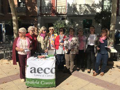 Lorca participa en #sumatealrosa para conmemorar el Día Mundial contra el Cáncer de Mama gracias al reparto de folletos informativos y lazos rosas por parte de la AECC