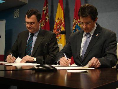 Ballesta y Jódar firman un convenio para invertir más de 2 millones de euros en rehabilitar la Plaza de España y su entorno, junto con la fachada y el atrio de la iglesia de Santiago
