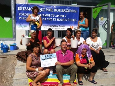 La Concejal de Sanidad y ONGs de Lorca y la AEMA III se mojan con el cubo de agua helada a beneficio de los enfermos de Esclerosis Lateral Amiotr�fica