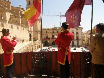 Francisco Jódar presencia el tradicional Toque de los Mistriles desde el balcón del Ayuntamiento
