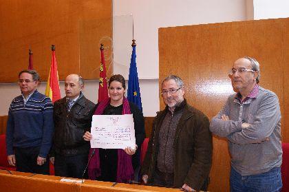 La Concejal de Cultura recibe una ayuda solidaria de 627 ? por parte de las corales lorquinas participantes en el concierto benéfico de Navidad