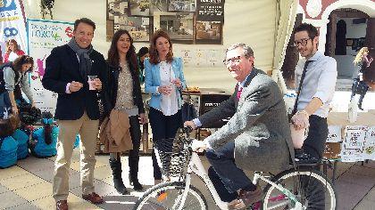 La IX Feria Lorca Saludable abre sus puertas en la Plaza Calderón coincidiendo con el Día Mundial de la Salud, centrándose en la alimentación sana y los hábitos saludables