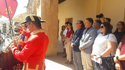 El Toque de Cabildos y el Himno de los Ministriles anuncian la procesión del Corpus Christi desde el balcón del Ayuntamiento y las Salas Capitulares